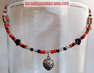 Bijoux _ Collana con perline rosse e nere e cuore in metallo