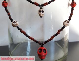 Bijoux _ Collana con perline nere e rosse e teschi bianchi e rossi