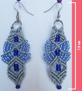 Macramè _ Orecchini pendenti grigi con perline in diverse tonalità di blu