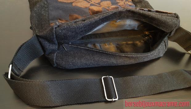 Tasca principale ed interna della tracolla in jeans scuro e tessuto vellutato