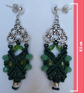 Macramè _ Orecchini pendenti con perline in diverse tonalità di verde e decorazione in metallo