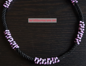 Kumihimo _ Girocollo filo nero e perline rosa