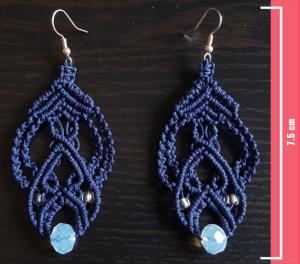 Macramè - Orecchini blu scuro con perline azzurre trasparenti