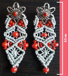 Macramè - Orecchini filo grigio, perline rosse e fiorecolor argento
